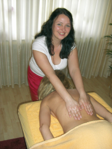 Claudia Baums bei der Massage in der Praxis