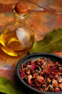 Öl und Kräuter für die Massage