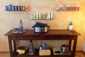 Massage Praxis Claudia Baums Raum Ansicht Sideboard mit Massage-Öl und Hotstone