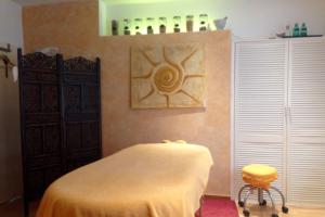 Massage Praxis Claudia Baums Raum Ansicht Massage-Liege und Kräuter für Massage-Stempel