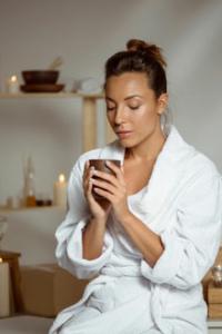 Zeit für mich Massage, junge Frau mit Teetasse
